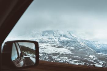 Utsikt til vinterlandskap fra bil